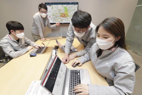 KT 직원들이 KT 빅데이터 솔루션인 빅사이트(BigSight)에서 제공하는 인구 데이터를 살펴보고 있다.ⓒKT