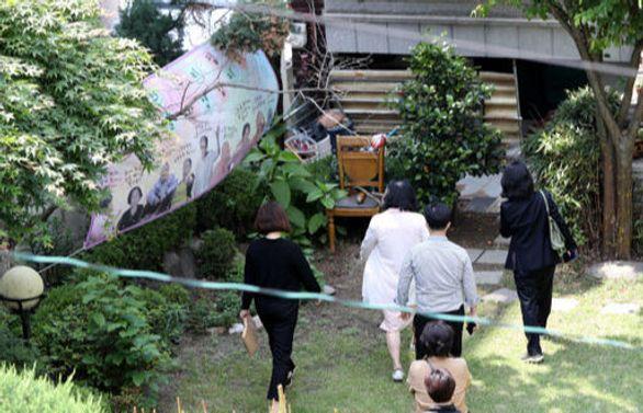 지난달 21일 일본군 위안부 피해자 할머니들의 쉼터인 서울 마포구 연남동 '평화의우리집'에서 압수수색이 이뤄지는 모습. ⓒ뉴시스