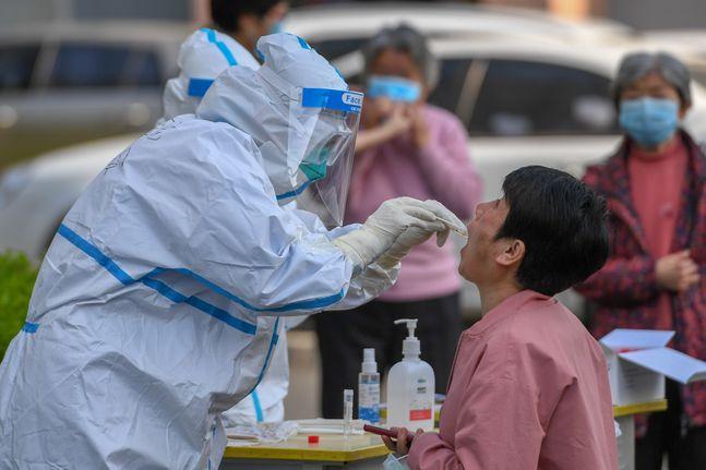 중국 지린성 수란시에서 의료진이 코로나19 검사를 위한 가검물을 채취하고 있다.ⓒAP/뉴시스