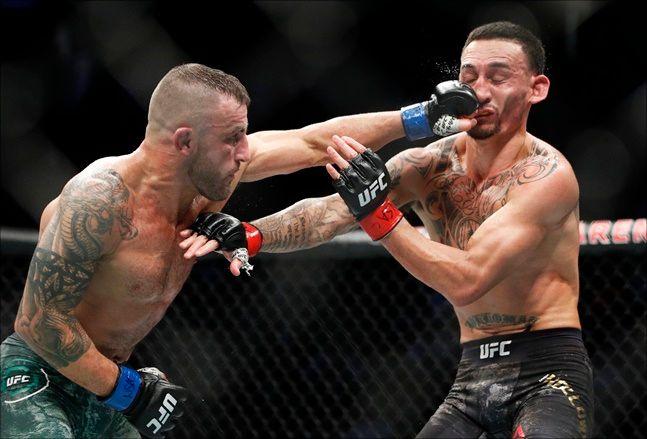 [UFC] 볼카노프스키-할로웨이(오른쪽). ⓒ 뉴시스