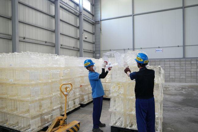 삼성전자 반도체 사업장에서 직원들이 재활용 대기중인 웨이퍼 박스를 살펴보고 있다.ⓒ삼성전자