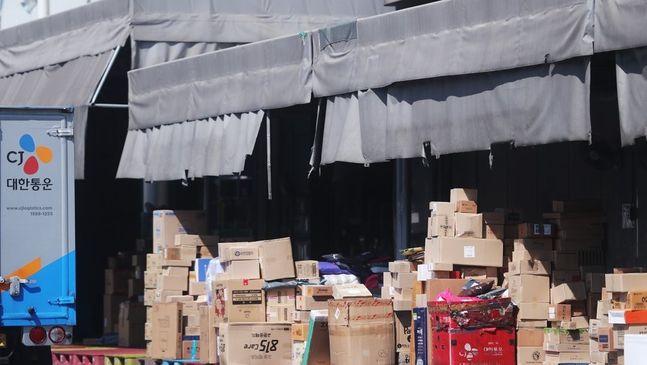 코로나19 확진자가 발생해 임시 폐쇄된 서울 CJ대한통운 영등포지점에 택배 물품들이 쌓여 있다.ⓒ연합뉴스