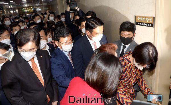 미래통합당 초선의원이 12일 오후 박병석 국회의장실을 항의방문 하고 있다. ⓒ데일리안 박항구 기자