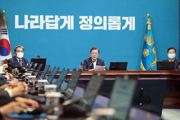 문재인 대통령이 8일 오후 청와대에서 수석·보좌관회의를 주재하고 있다. ⓒ청와대