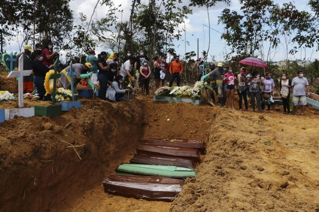 4월 21일(현지시간) 브라질 아마조나스주 마나우스의 한 공동묘지에서 신종 코로나바이러스로 숨진 사망자 시신을 집단매장하고 있다.(자료사진)ⓒ뉴시스
