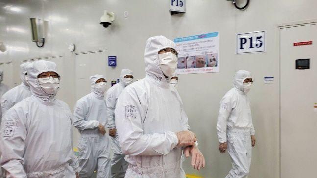 이재용 삼성전자 부회장이 지난달 18일 중국 산시성 시안 반도체 사업장에서 현지 임직원들과 제품 생산 라인을 살펴보고 있다.ⓒ삼성전자