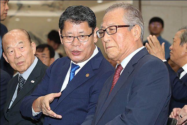 김연철 통일부 장관(왼)과 정세현 전 통일부 장관. ⓒ류영주 기자