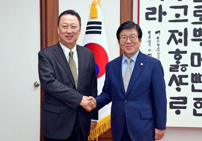 박병석 국회의장이 16일 오후 국회의장실을 방문한 박용만 대한상공회의소 회장과 악수를 하고 있다.ⓒ데일리안 박항구 기자
