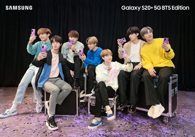 삼성전자가 방탄소년단(BTS)과 협력해 '갤럭시S20+ BTS 에디션'과 '갤럭시버즈+ BTS 에디션'을 선보인다고 15일 밝혔다. 사진은 BTS 멤버들이 갤럭시S20+ BTS 에디션 제품을 들고 있는 모습.ⓒ삼성전자
