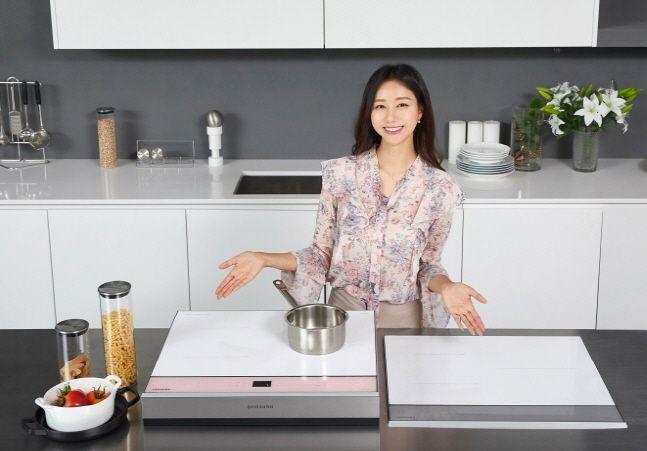 삼성전자 모델이 경기도 수원 삼성전자 디지털시티 프리미엄하우스에서 삼성 전기레인지 '올 인덕션' 신제품을 소개하고 있다.ⓒ삼성전자