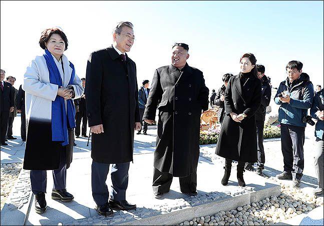 평양 남북정상회담 사흘째인 지난 2018년 9월 20일 오전 문재인 대통령과 김정은 국무위원장이 백두산 정상인 장군봉에 올라 함께 이야기를 나누고 있다. ⓒ평양사진공동취재단