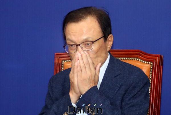 22일 민주당 최고위원회를 주재한 이해찬 대표가 자신의 얼굴을 매만지고 있다. ⓒ데일리안 박항구 기자