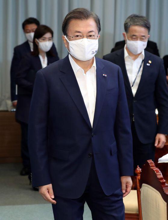 문재인 대통령이 23일 오전 청와대 여민관에서 열린 제32회 국무회의 및 수도권 방역 대책회의에 참석하고 있다. ⓒ뉴시스