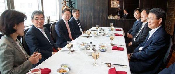 은성수 금융위원장(오른쪽)과 윤석헌 금융감독원장(왼쪽 두번째)이 6월 5일 서울 여의도의 한 음식점에서 오찬을 함께 하고 있다. 사진 = 금융위원회 제공