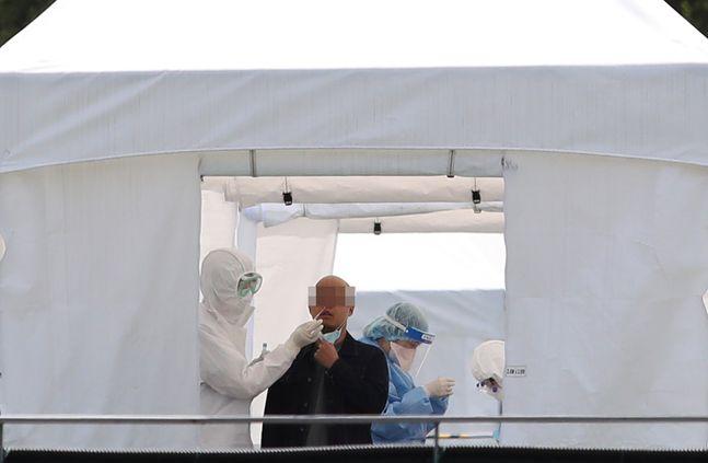 삼성서울병원 간호사 4명이 코로나19 확진 판정을 받은 가운데 지난 20일 오전 서울 강남구 삼성서울병원 내 선별진료소에서 의료진이 분주하게 일하고 있다.(자료사진)ⓒ데일리안 류영주 기자