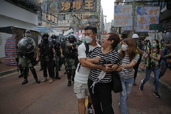 지난달 27일(현지시간) 홍콩 몽콕에서 한 여성이 시위 지역에 접근하지 말라는 경찰의 경고에 언성을 높이며 말다툼을 하고 있다(자료사진).ⓒ홍콩=AP/뉴시스