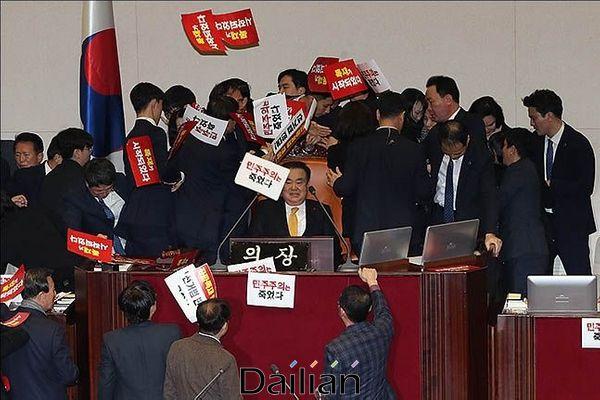 지난해 12월 27일 오후 서울 여의도국회본회의장에서 문희상 국회의장이 자유한국당의원들의 저지를 뚫고 공수처법을 포함한 패스트트랙 법안 통과를 위해 의장석에 앉아 있는 모습. ⓒ데일리안 류영주 기자