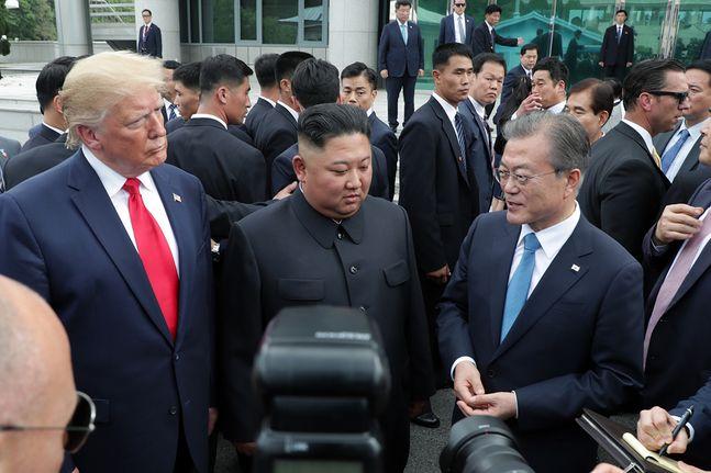 2019년 6월 30일 판문점에서 만난 남·북·미 정상. (왼쪽부터) 도널드 트럼프 미국 대통령, 김정은 북한 국무위원장, 문재인 대통령. ⓒ청와대.