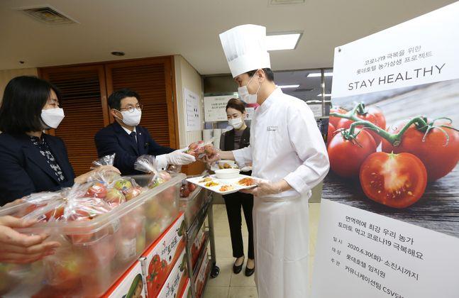 조종식 롯데호텔 서울 총지배인(사진 좌측 두 번째)을 비롯한 롯데호텔 임직원들이 농가 상생 프로젝트