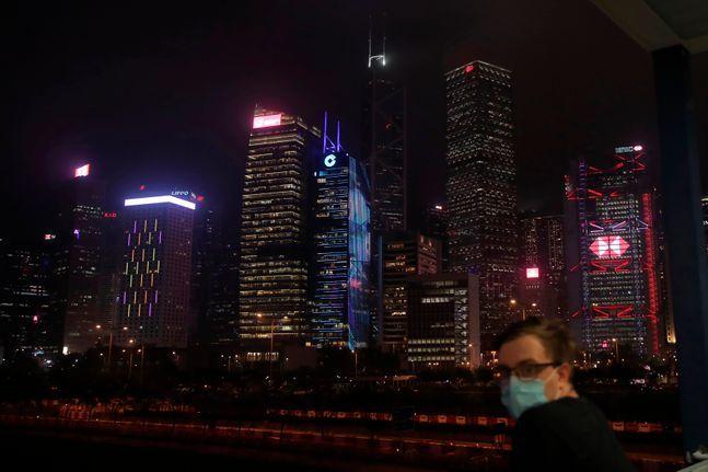 홍콩에서 한 남성이 마스크를 쓴 채 야경을 보고 있다.ⓒAP/뉴시스