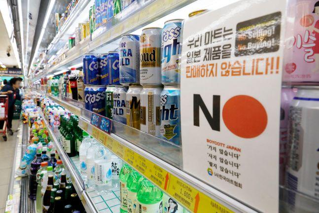 일본 주류를 판매하지 않는다는 문구가 게시된 서울 시내 한 마트 주류코너 모습.ⓒ뉴시스