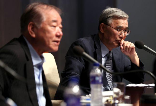 문정인(왼쪽) 대통령 통일외교안보특보가 1일 서울 중구 프레스센터 국제회의장에서 열린 KPF 포럼