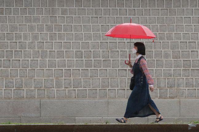 지난달 30일 오전 서울 종로구 광화문 일대에 우산을 쓴 시민들이 발걸음을 옮기고 있다.ⓒ데일리안 류영주 기자