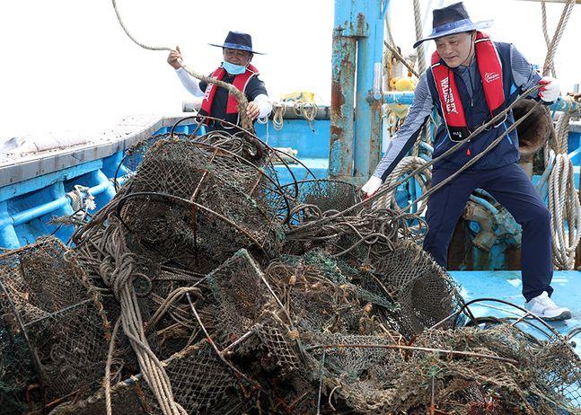 임준택 수협중앙회장(사진 우측)이 2일 충남 보령시 대천항에서 어선에 승선해 바다에서 침적쓰레기 수거활동에 나섰다. ⓒ수협