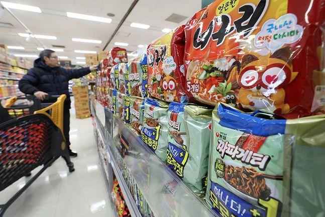 영화 기생충에 등장하는 짜파구리가 특수를 누리고 있는 한국 라면을 소비자들이 살펴보고 있다. ⓒ뉴시스