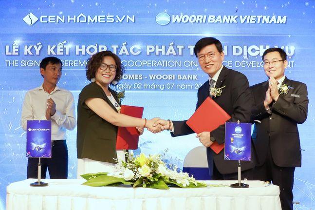지난 2일 이종인 베트남 우리은행 법인장(오른쪽)이 센 그룹(Cen Group) 계열사인 부동산판매(CenHome) 응웬꾸잉마이 대표이사(왼쪽)와 업무협약 후 기념촬영을 하고 있다. ⓒ우리은행