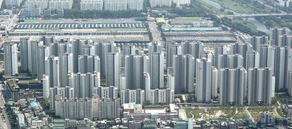 문재인 대통령이 직접 주택 물량 공급 확대를 주문하면서 건설사에게도 호재로 작용할 가능성이 높아지고 있다. 사진은 28일 서울 송파구 잠실의 아파트단지. ⓒ뉴시스