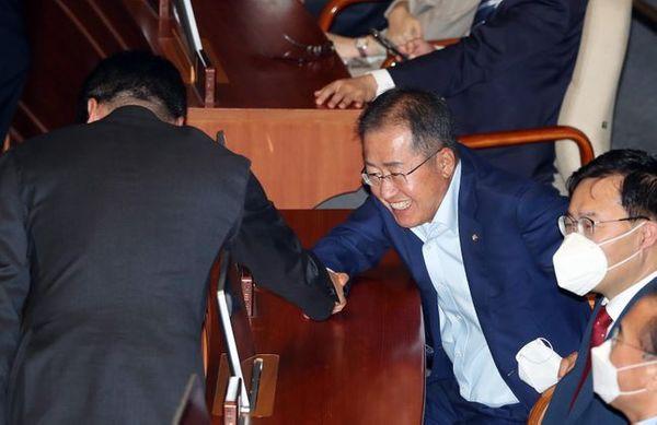 무소속 홍준표 의원이 8일 오후 열린 국회 본회의에서 의원들과 인사를 나누고 있다.ⓒ데일리안 박항구 기자