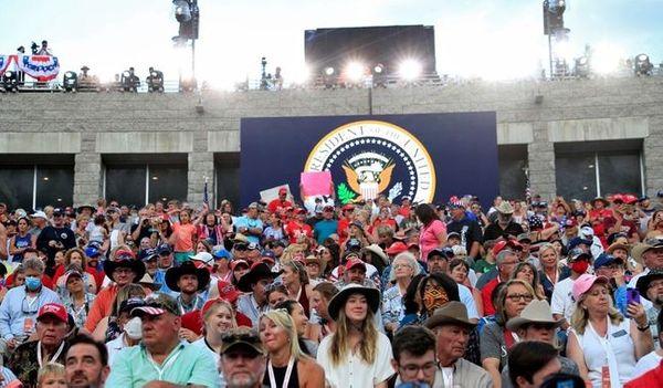 코로나19 확산 우려 속에도 도널드 트럼프 미국 대통령의 주도로 7600여 명이 운집했다. 사진은 러시모어산에 열린 미국 독립기념일 행사. ⓒ연합뉴스