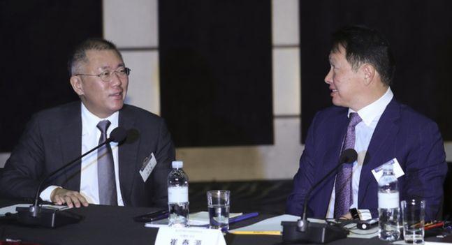 정의선(왼쪽) 현대자동차 수석부회장과 최태원 SK그룹 회장이 2019년 12월 5일 오전 서울 중구 웨스틴조선호텔에서 열린