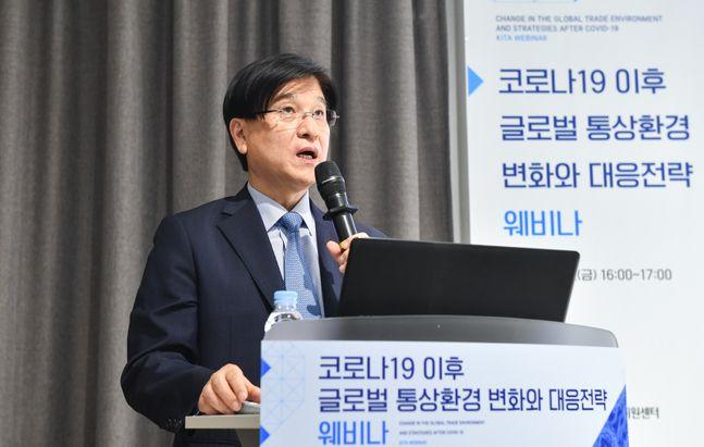 한국무역협회(회장 김영주)가 3일 개최한'코로나19 이후 글로벌 통상환경 변화와 대응전략 웨비나'에서 서울대 국제대학원 이혜민 교수가 강연하고 있다.ⓒ한국무역협회