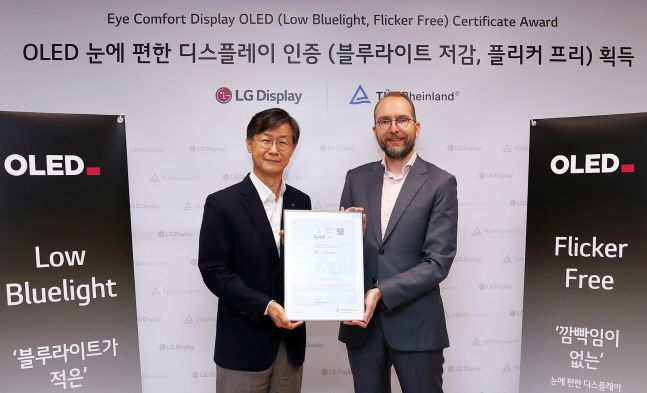 오창호 LG디스플레이 TV사업부장(왼쪽·부사장)이 지난달 30일 서울 여의도 LG트윈타워에서 개최된 유기발광다이오드(OLED) TV 패널