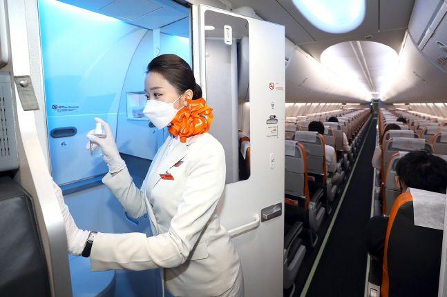 제주항공은 5일부터 전 노선 기내에서 소독 스프레이를 이용해 기내 화장실 내부 및 화장실 손잡이 소독을 실시한다.ⓒ제주항공
