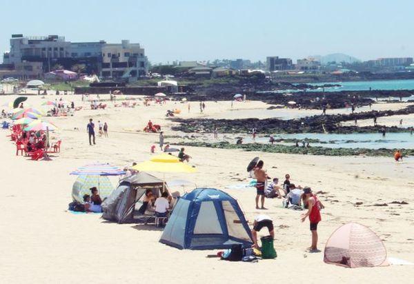 제주도 내 11곳 해수욕장이 정식 개장한 1일 제주시 곽지해수욕장을 찾은 피서객들이 해수욕을 즐기고 있다.ⓒ뉴시스