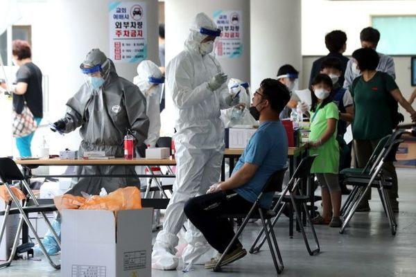 6월 26일 신종 코로나바이러스 확진자가 발생한 서울 관악구 왕성교회에 설치된 임시 선별진료소에서 신도들이 검체 채취를 받고 있다.ⓒ뉴시스