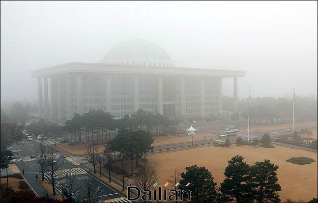 국회의사당이 짙은 안개속에 빠져 있는 모습. ⓒ데일리안 박항구 기자