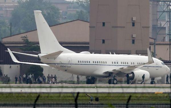 스티븐 비건 미국 국무부 부장관 겸 대북특별대표가 탑승한 비행기가 7일 경기 오산공군기지에 착륙하고 있다. ⓒ뉴시스