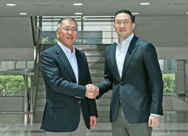 정의선 현대차그룹 수석부회장(왼쪽)과 구광모 LG그룹 회장이 6월 22일 LG화학 오창공장에서 만나 악수하고 있다. ⓒ현대자동차그룹