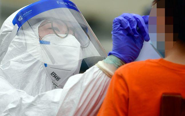 한 선별진료소에서 코로나19 감염 검체를 채취하고 있다.ⓒ뉴시스
