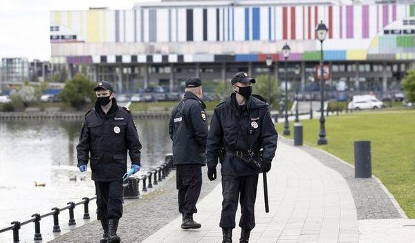 러시아 모스크바에서 지난 달 20일(현지시간) 코로나19 여파로 마스크를 쓴 경찰들이 순찰하고 있다. ⓒ뉴시스