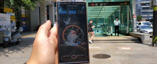 지난 9일 강남역 5번 출구 앞에서 네트워크 속도 측정 앱 벤치비를 통해 5G 속도를 측정하고 있다.ⓒ데일리안 이건엄 기자