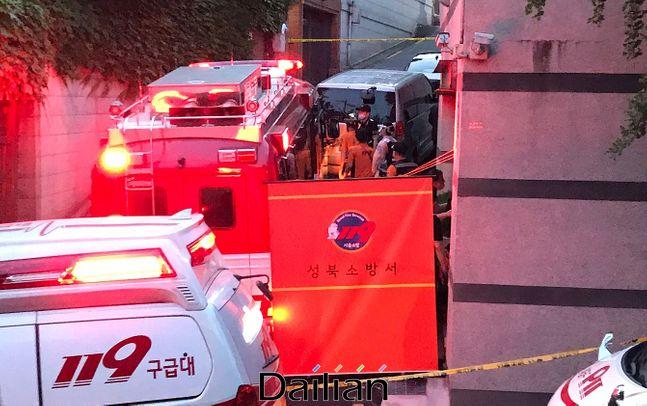 박원순 서울시장이 연락두절로 실종 신고가 접수된 것으로 열려진 9일 저녁 서울 성북구 북악산로 인근에서 119 구급대원들이 수색작업을 하고 있다. ⓒ데일리안 류영주 기자