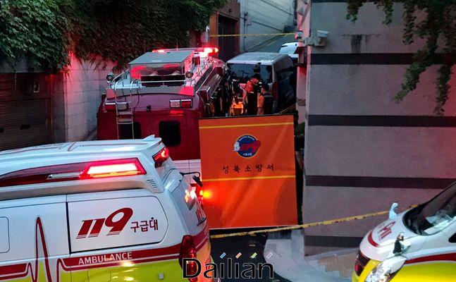 박원순 서울시장이 연락두절로 실종 신고가 접수된 것으로 열려진 9일 저녁 서울 성북구 북악산로 인근에서 119 구급대원들이 수색작업을 하고 있다.ⓒ데일리안 류영주 기자