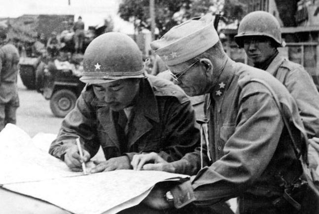 6·25 전쟁 당시 유엔군과 작전지휘를 협의하고 있는 백선엽 장군.