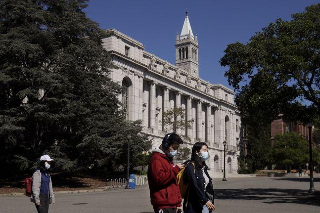 미국 캘리포니아 버클리대 캠퍼스에서 학생 몇몇이 마스크를 쓴 채 교정을 걷고 있다.ⓒAP/뉴시스