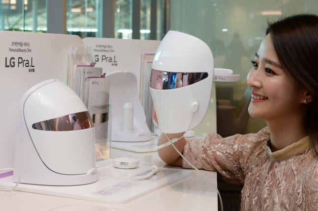 LG전자는 'LG 프라엘 더마 LED 마스크'가 지난달 24일 공고된 '비의료용 LED 마스크 예비안전기준'에 맞춘 안전성 시험을 통과했다고 13일 밝혔다. 사진은 LG전자 모델이 제품을 소개하고 있는 모습.ⓒLG전자